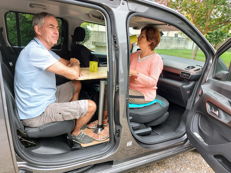 Aménagements modulaires - Table de camping - La Malle du Campeur, véhicules aménagés à l'aide de kits amovibles adaptés à tout type de véhicule: fourgon utilitaire, ludospaces